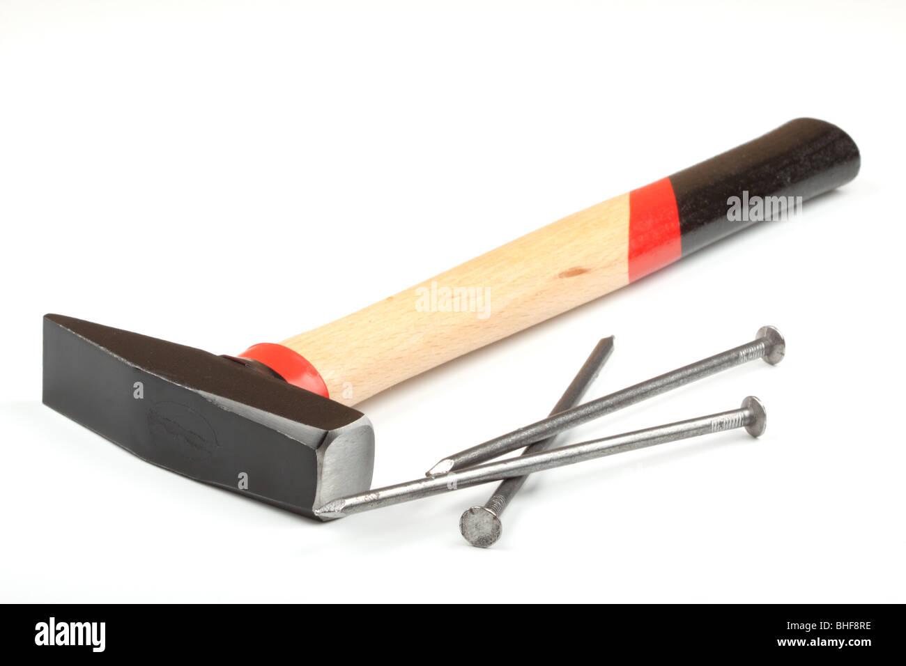 Hammer und Nägel auf weißem Hintergrund Stockbild