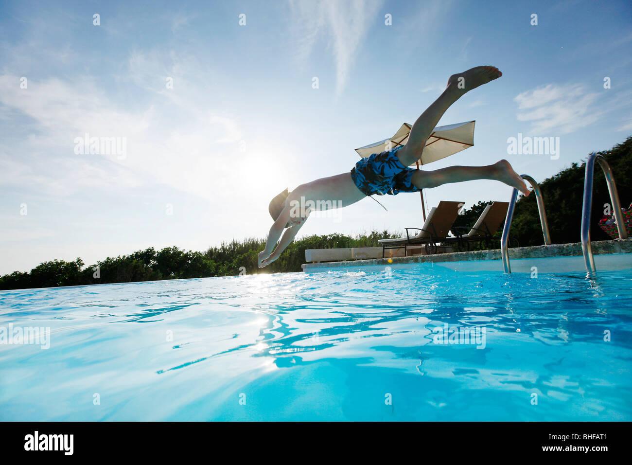 Junge eintauchen in den Pool, Schwimmbad, Las Dunas Playa, Formentera, Balearen, Spanien Stockfoto