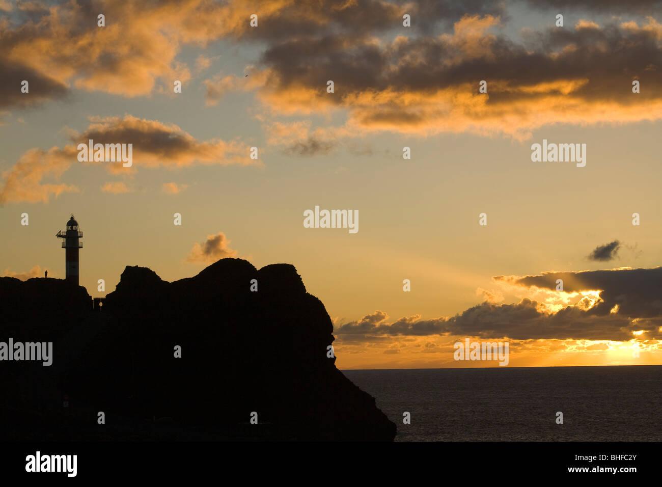 Leuchtturm am Aussichtspunkt Punta de Teno bei Sonnenuntergang, Parque rural de Teno, Teneriffa, Kanarische Inseln, Stockbild