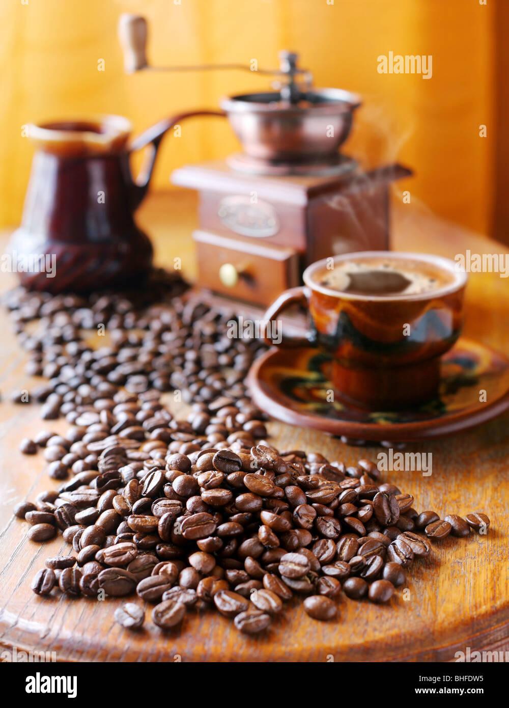 Stillleben mit Kaffeebohnen und Zubehör Stockbild