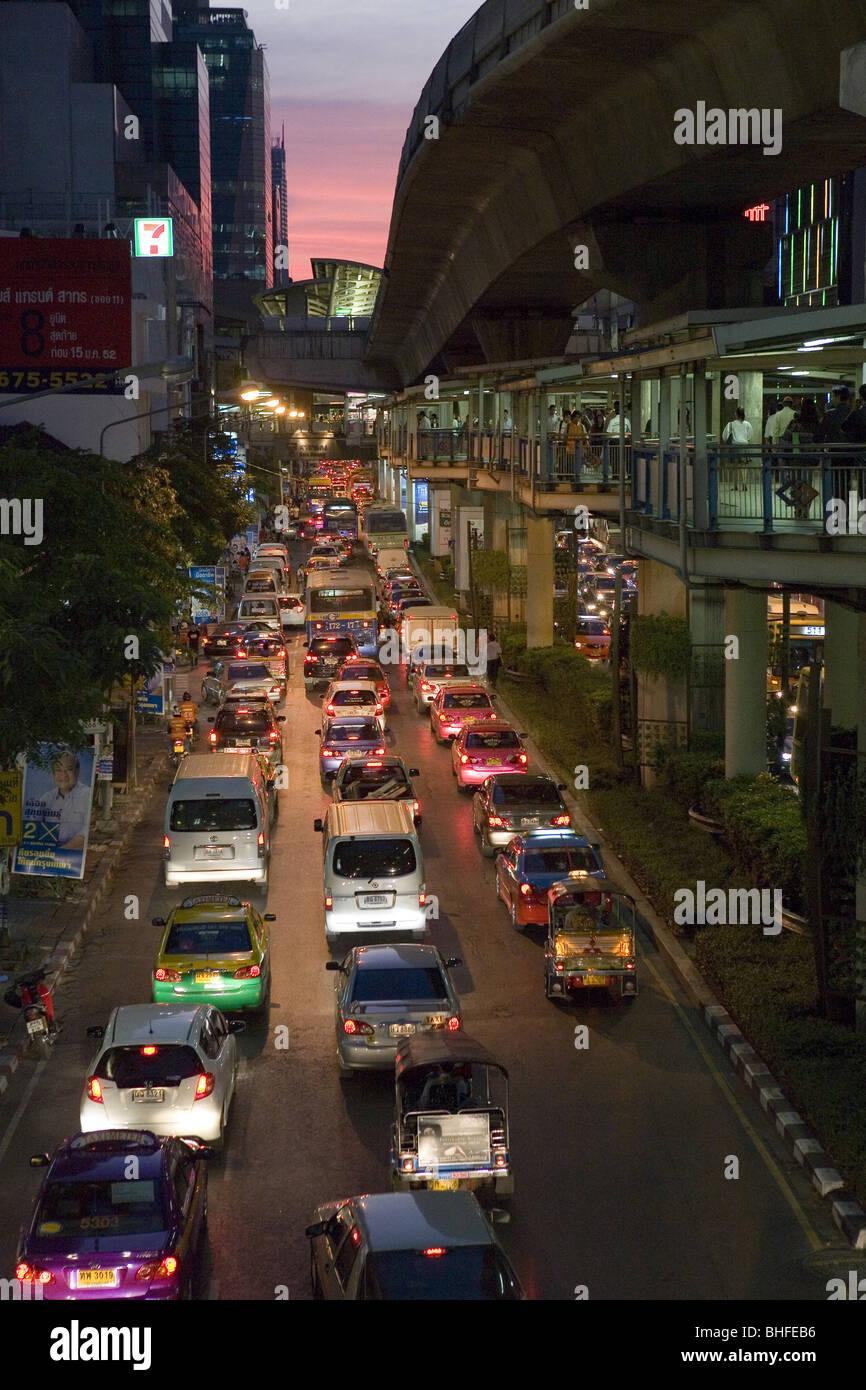 Autos auf der Silom Road während der Rush Hour in den Abend, Bangkok, Thailand, Asien Stockbild