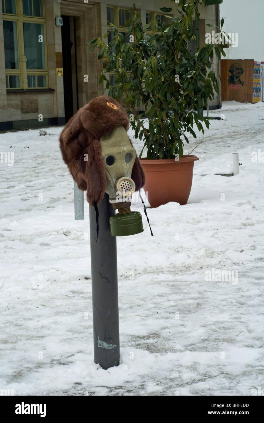 Russische Gasmaske zum Verkauf am Checkpoint Charlie in Berlin Mitte die bisherige Trennung zwischen Ost und West Stockbild