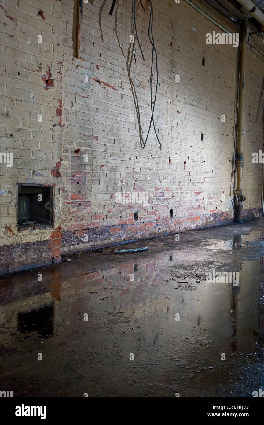 Ziegelwand Innen wasser pfütze und abblätternde farbe ziegel wand innen abandoned