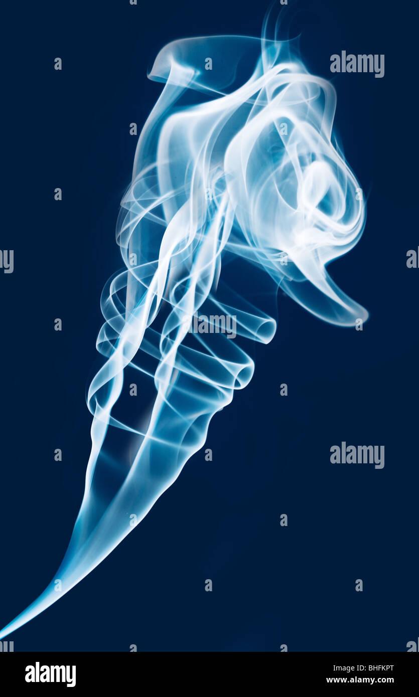Jet von weißer Rauch auf blauem Grund Stockbild