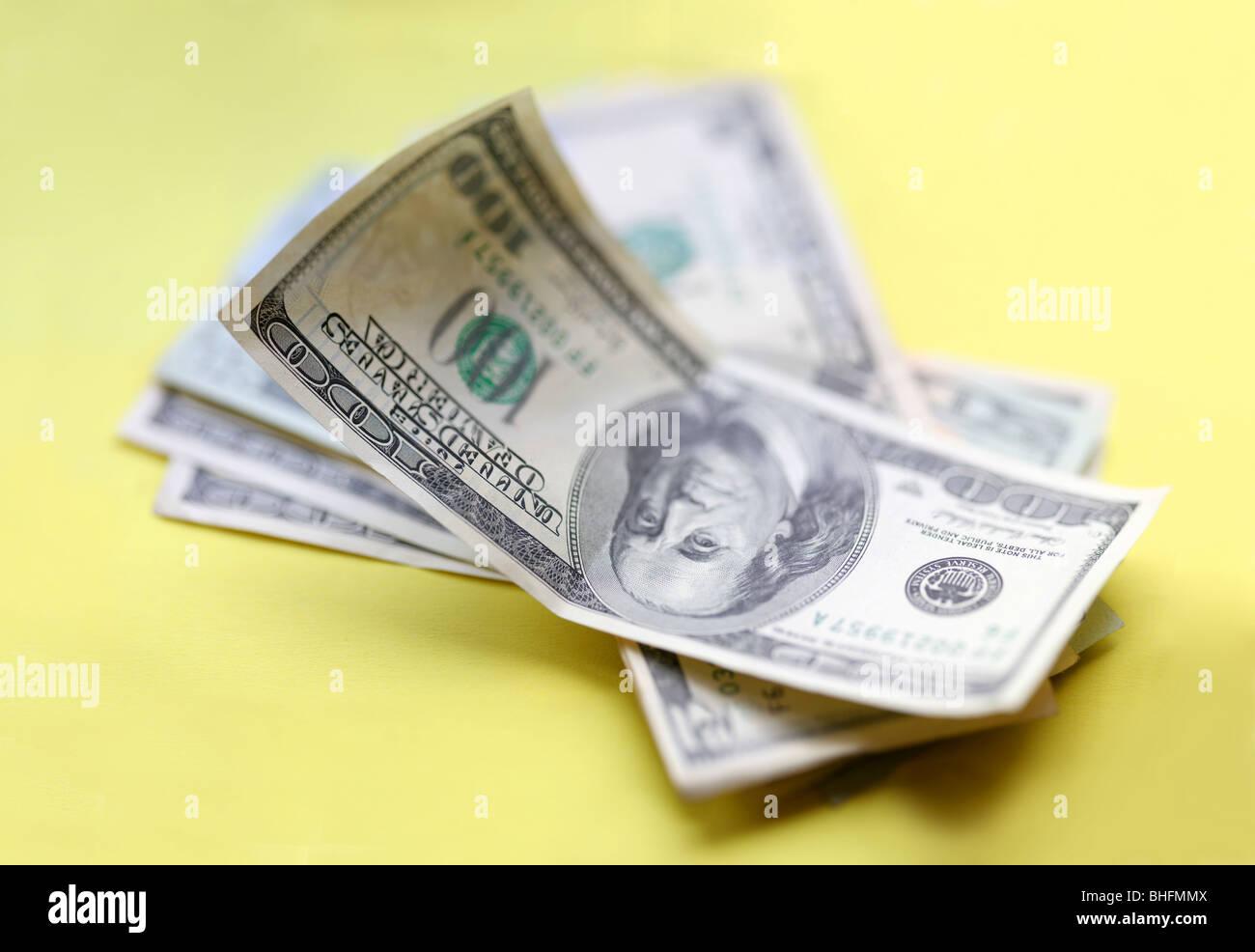 US-Dollar. Ein Stück des Geldes auf gelbem Hintergrund. Stockbild