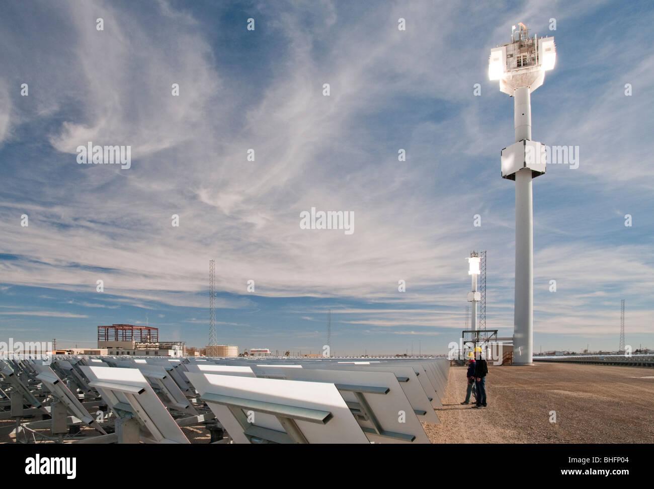 Solarthermie-Anlage mit Turm montierten Empfänger und Heliostat spiegeln in Südkalifornien Stockbild