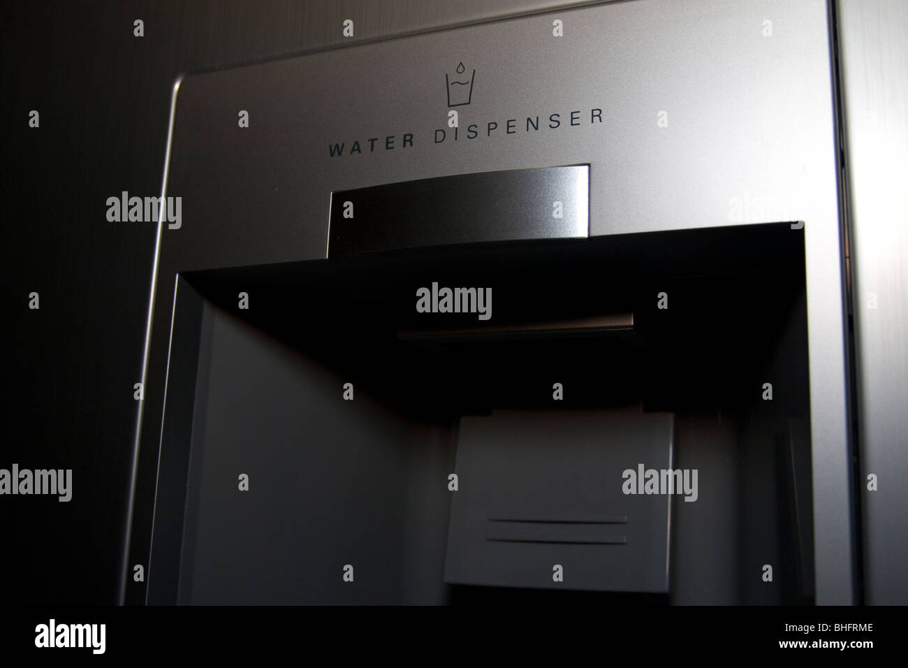 Kühlschrank Wasserspender : Ein wasserspender in einem kühlschrank stockfoto bild