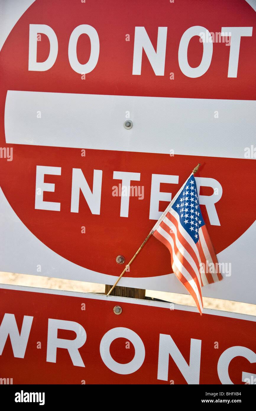 Die Flagge der Vereinigten Staaten veröffentlicht, Autobahn Verkehrszeichen. Stockbild
