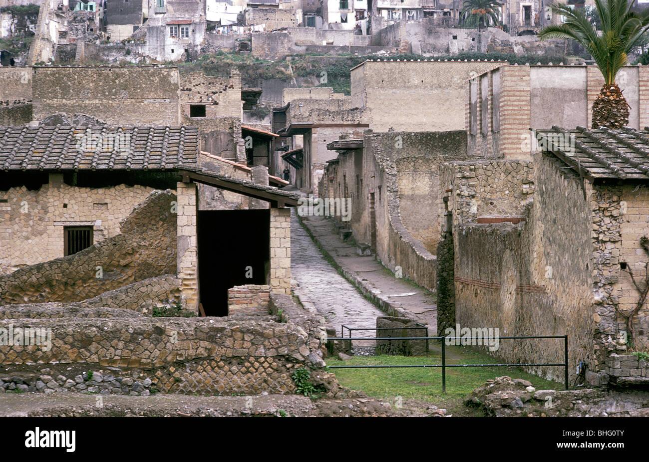 Römische Häuser aus Herculaneum mit den modernen Häusern von ...