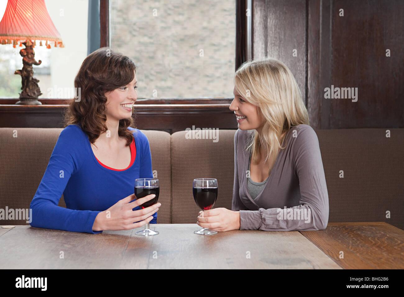 Junge Frauen in der Bar Stockfoto