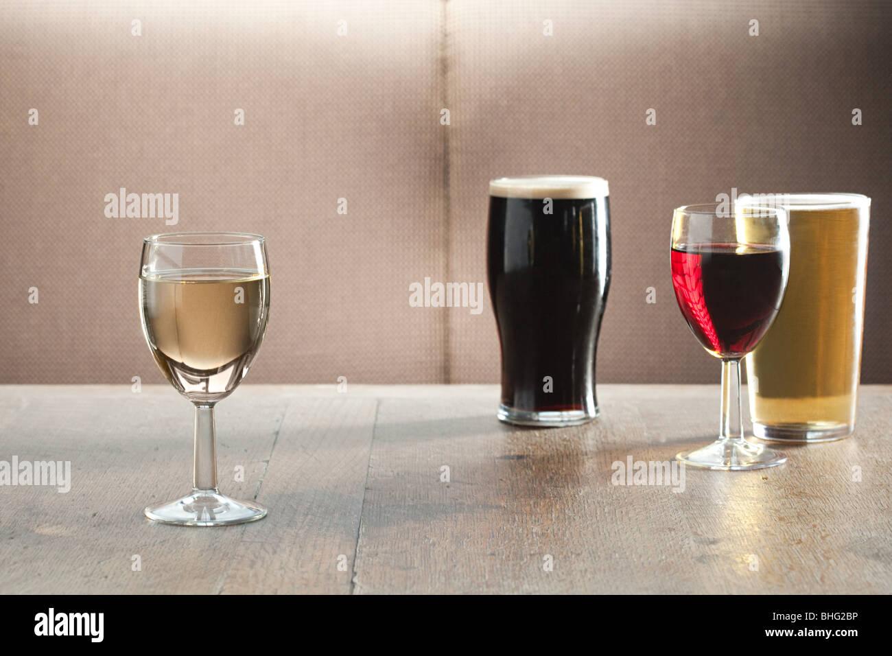 Wein und Bier Gläser am Tisch in der Bar Stockbild