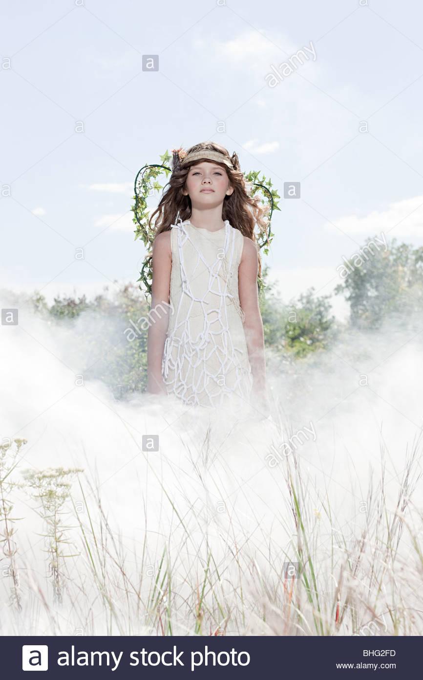 Mädchen in Rauchwolke als Fee verkleidet. Stockbild
