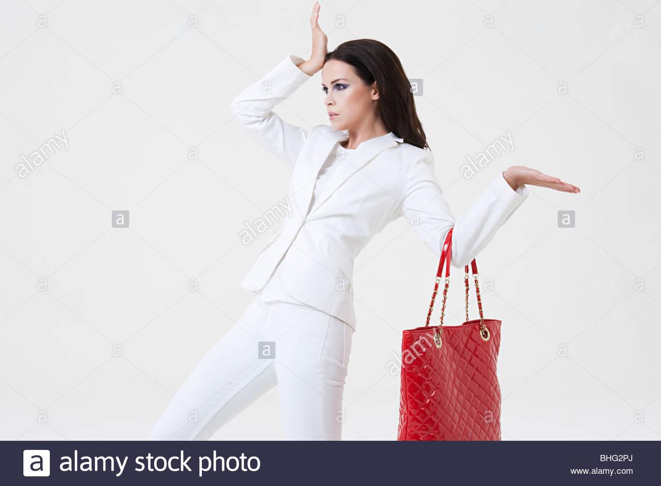 9b074ef4bfeb1 Rote und Weiße Handtasche Stockfotos   Rote und Weiße Handtasche ...