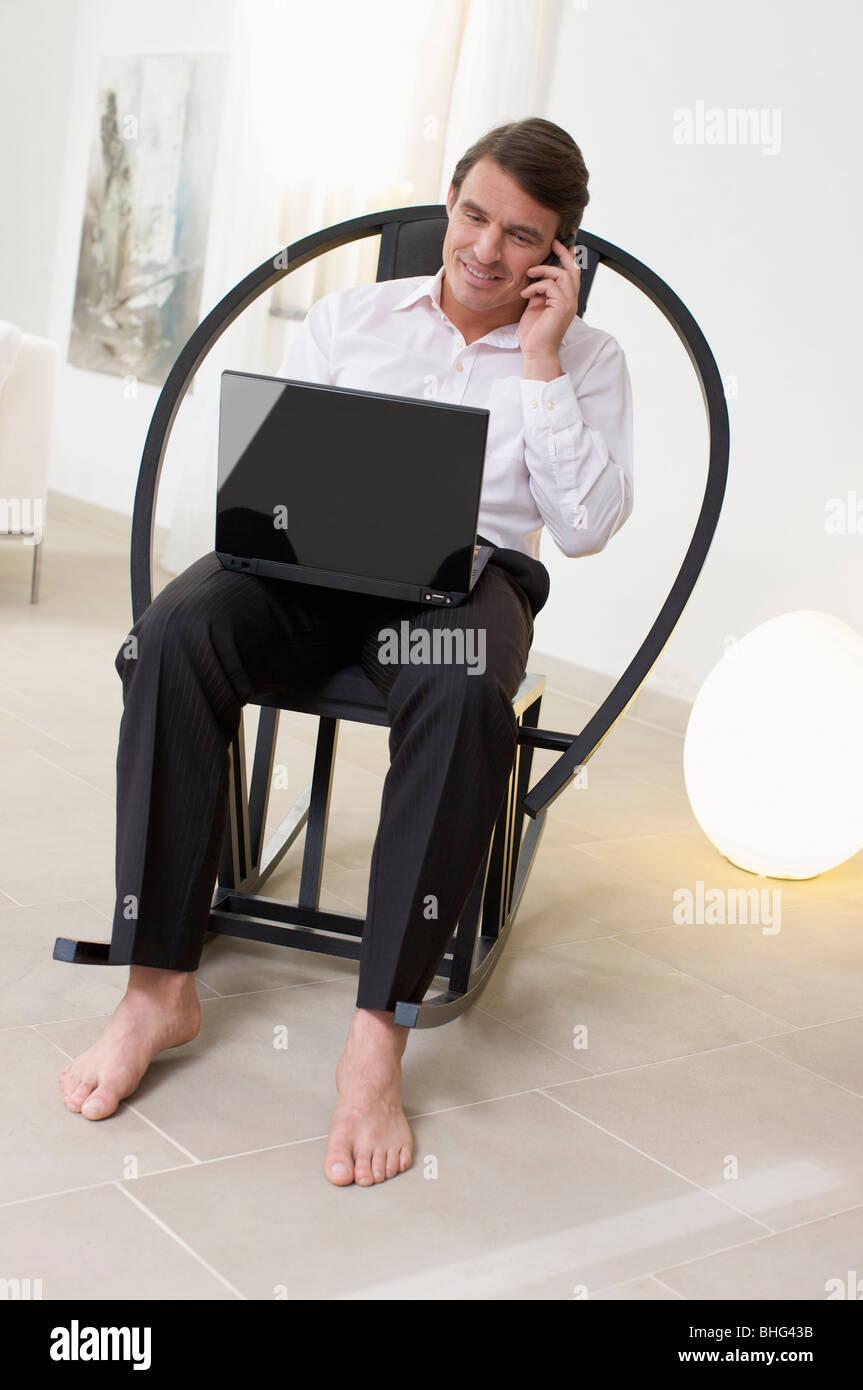 gut aussehender Mann multitasking Stockbild