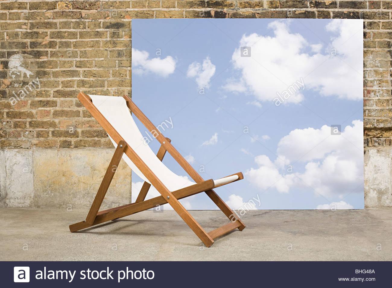 Liegestuhl und Himmel Hintergrund Stockbild