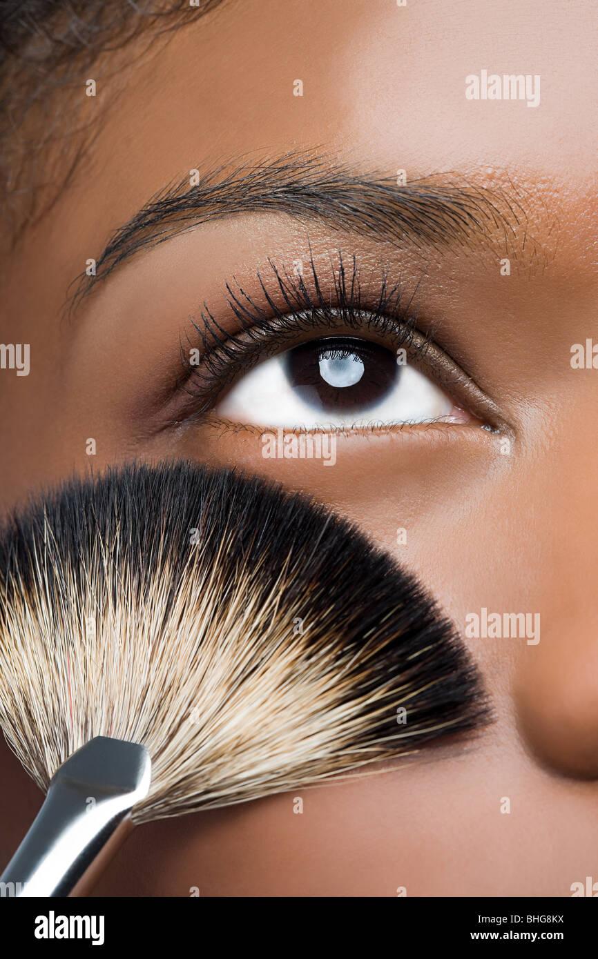Frau mit Make-up Pinsel in der Nähe von Auge Stockfoto