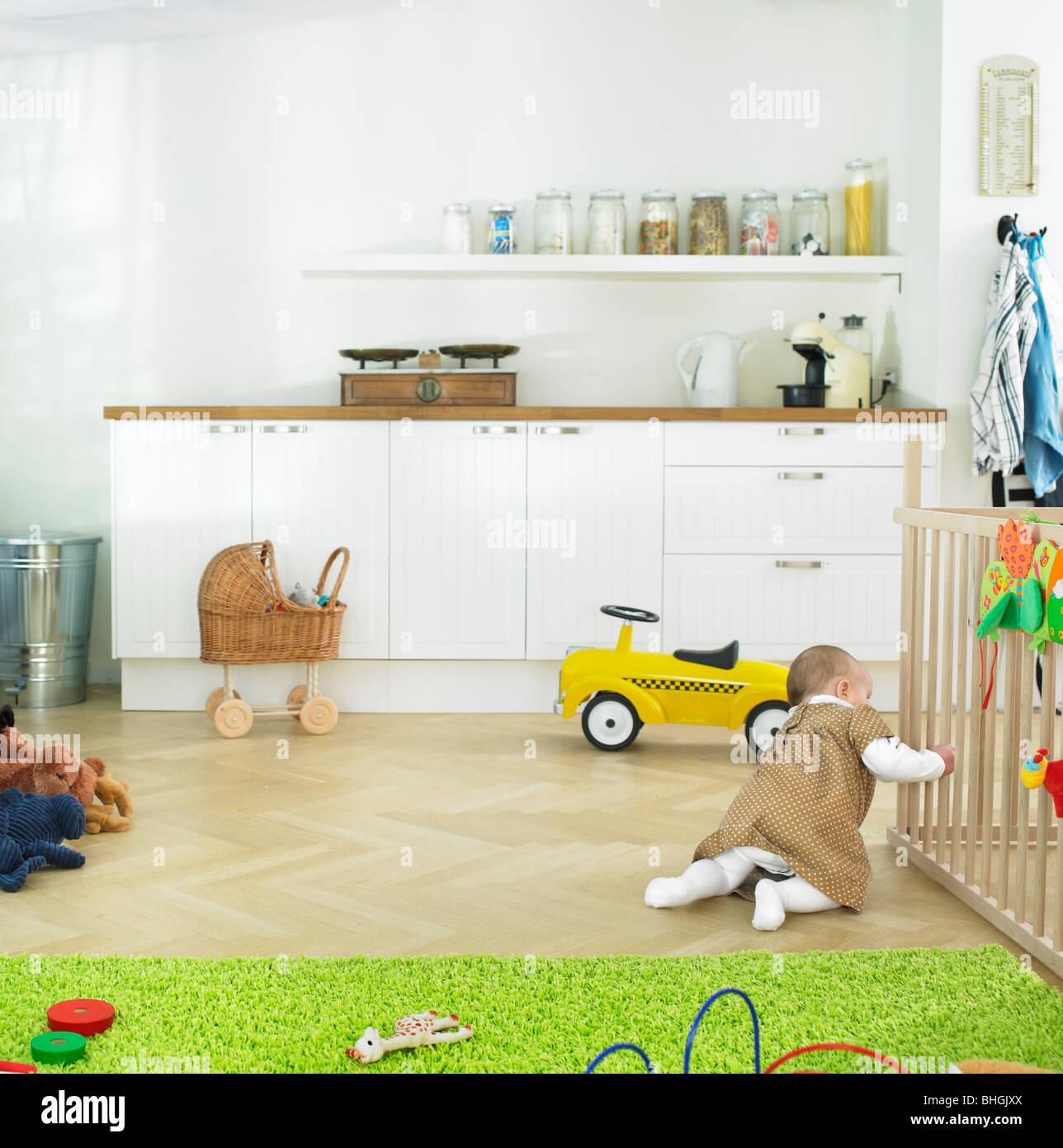 Baby alleine zu spielen Stockbild