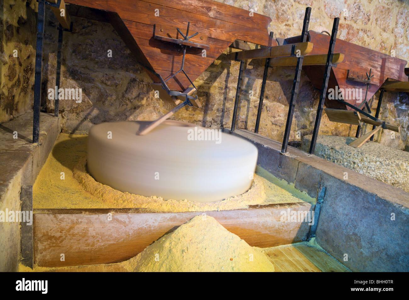 Maismehl in einer alten Mühle machen in historischen kroatischen Dorf Stockbild