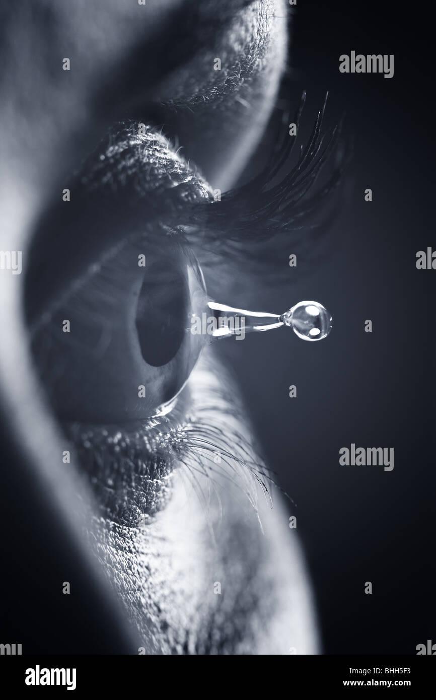 Makro auf Auge mit Tränen Tropfen Stockbild