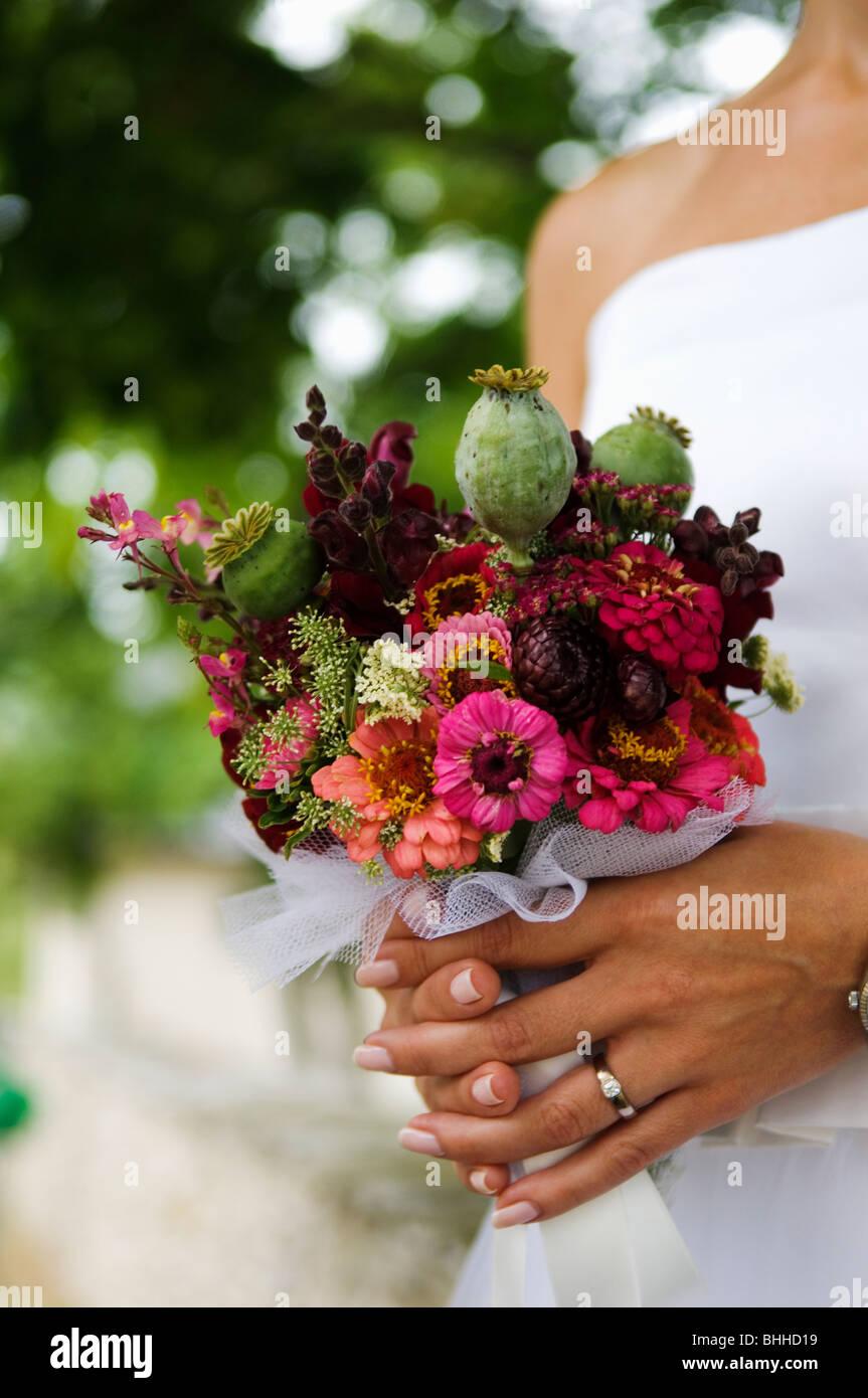 Eine Braut hält einen Hochzeitsstrauß, Schweden. Stockbild