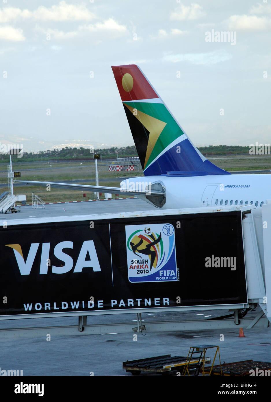FIFA World Cup sponsor Anzeige bei Cape Town Airport South Africa A South African Airways Airbus im Hintergrund Stockbild