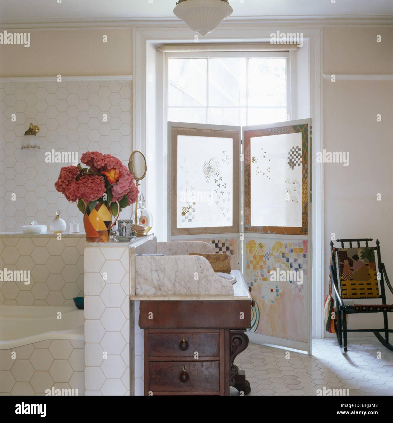 Antik Waschtisch Marmor-Spitze im weißen Stadthaus Badezimmer mit ...