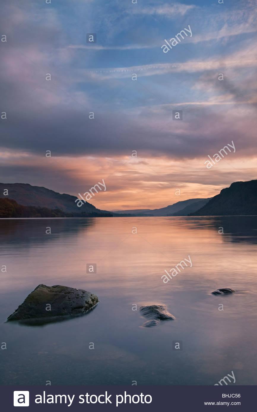 Ullswater bei Dämmerung, Nationalpark Lake District, Cumbria, England, UK Stockbild
