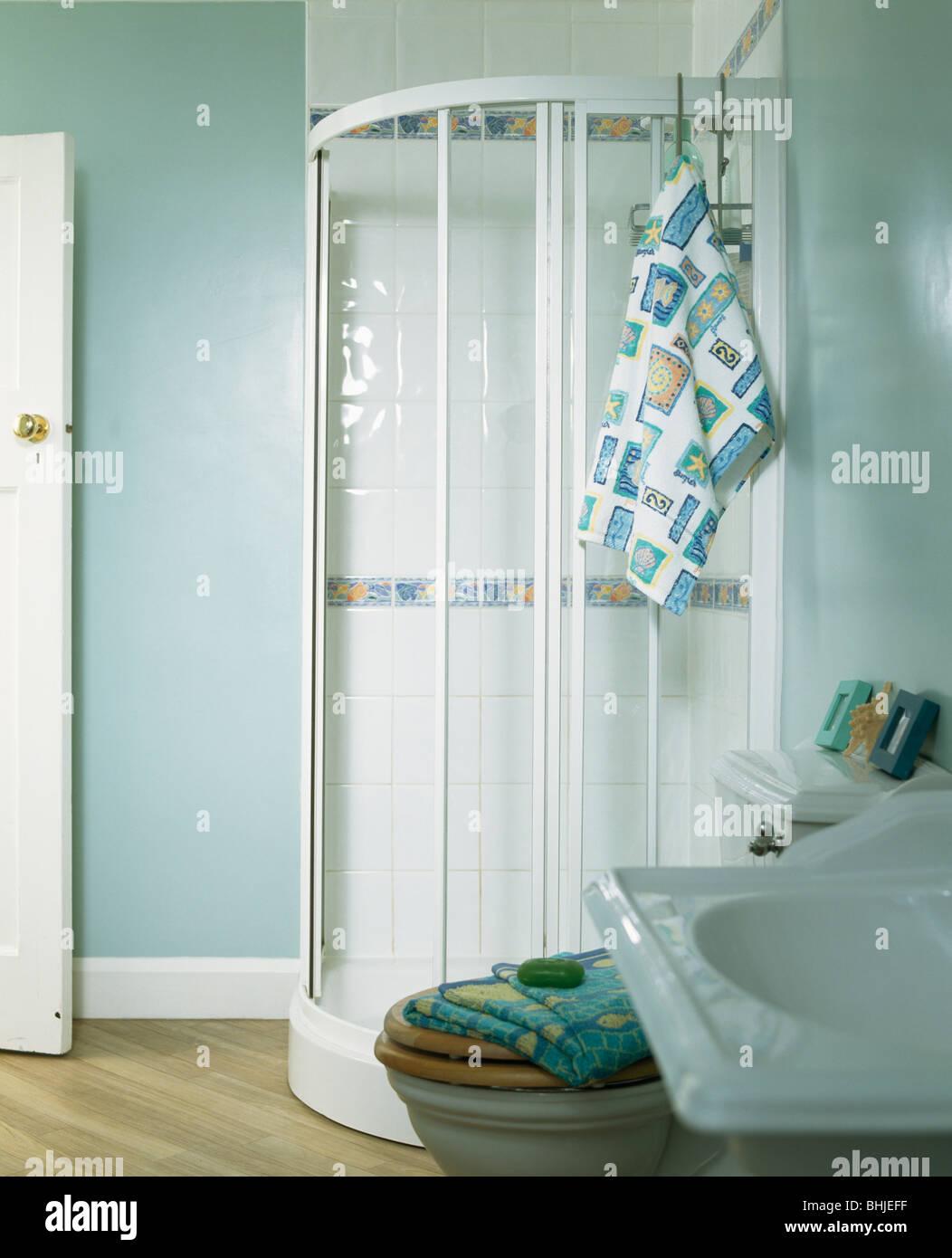 Schrank In Der Ecke Des Pastell Blau Bad Dusche Aus Glas Stockfoto