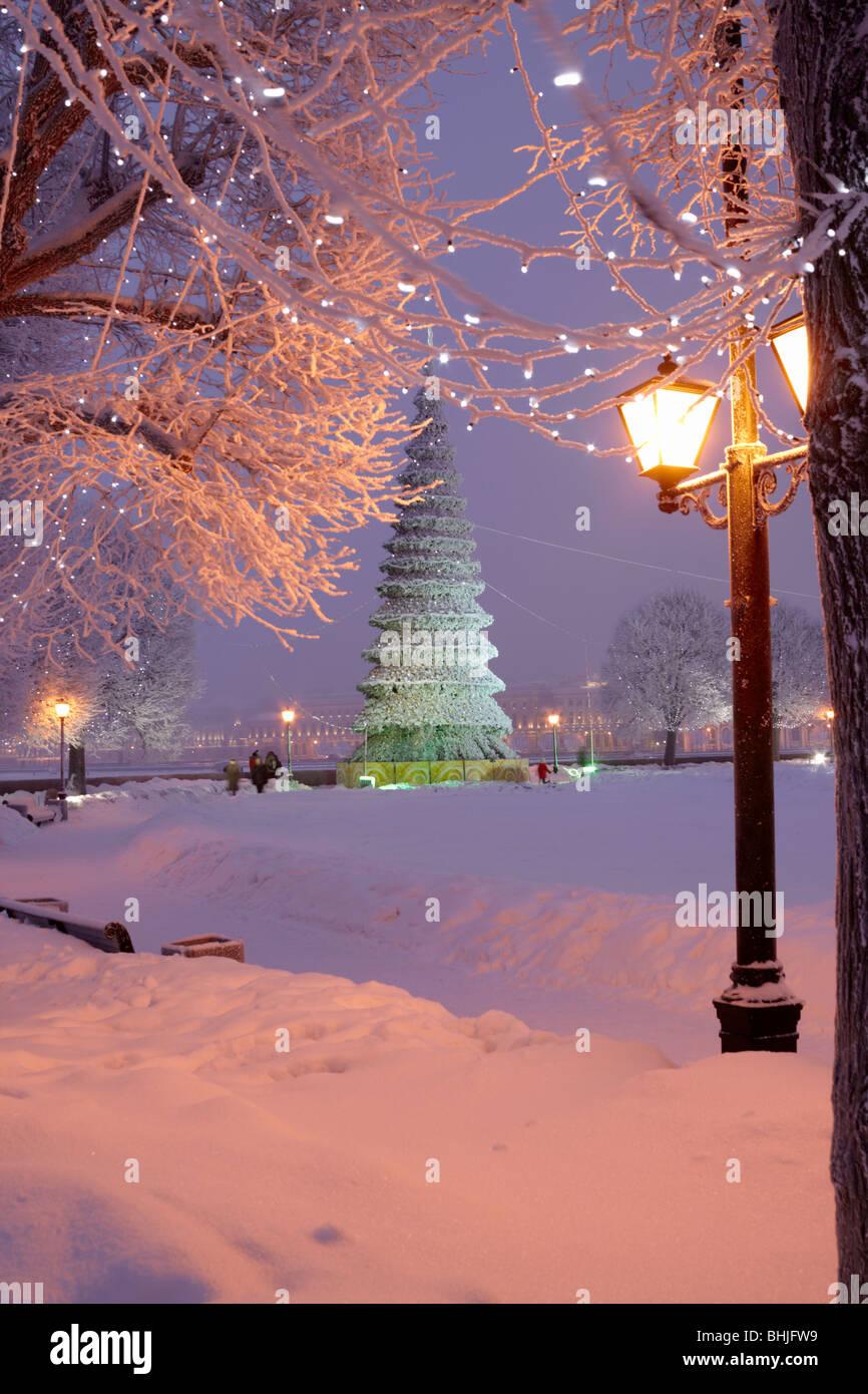 Weihnachtsbaum und Neujahr Beleuchtung am spucken der Wassiljewski-Insel und Neva River Embankment. Stockbild