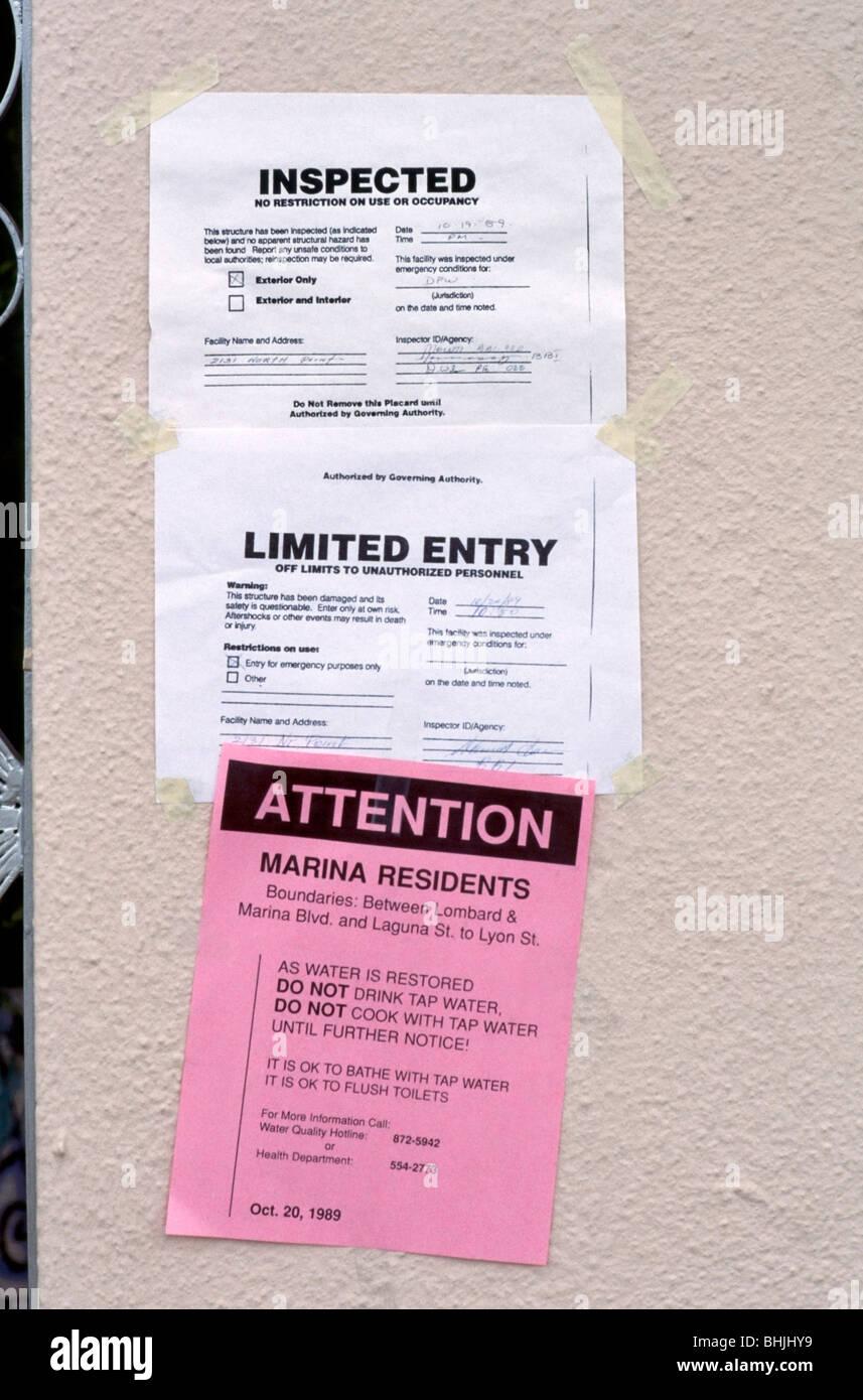 Warnschilder am Eingang zu einem beschädigten Gebäude im Stadtteil Marina nach der San-Francisco-Erdbeben Stockbild