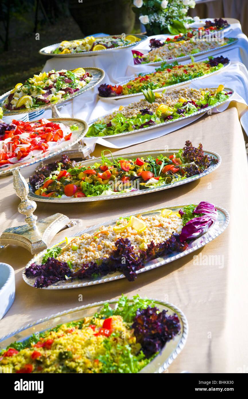 Platten an einem Buffet Tisch Stockbild
