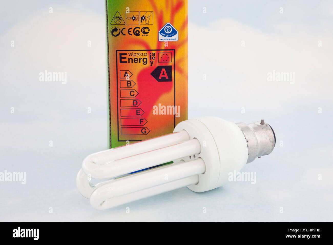 Studio UK Europa. Lange Lebensdauer Niedrigenergie-Glühbirne und Box mit Energie-Typenschild Stockbild