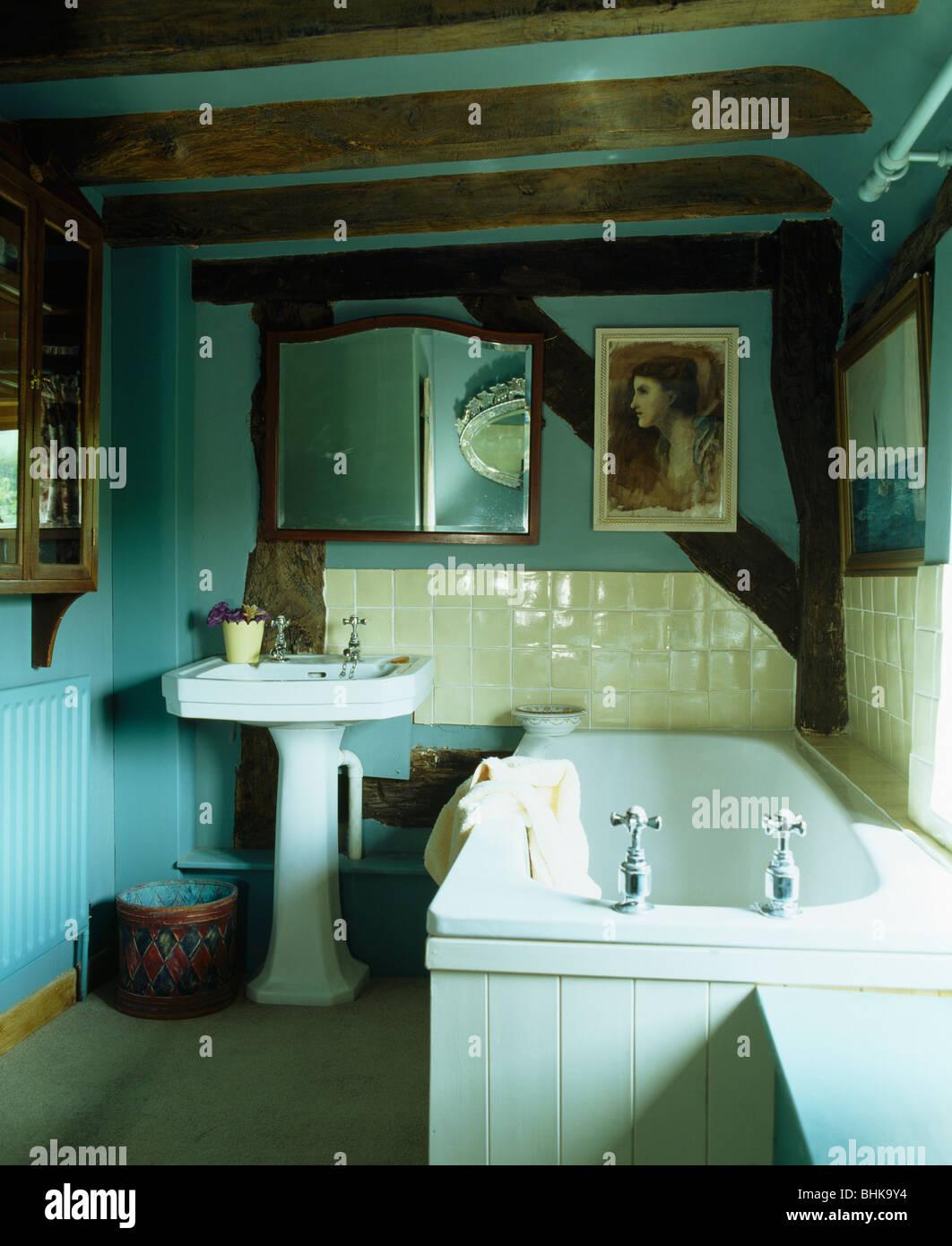 Kleine helle Türkis Hütte Badezimmer mit Balkendecke und weißen ...