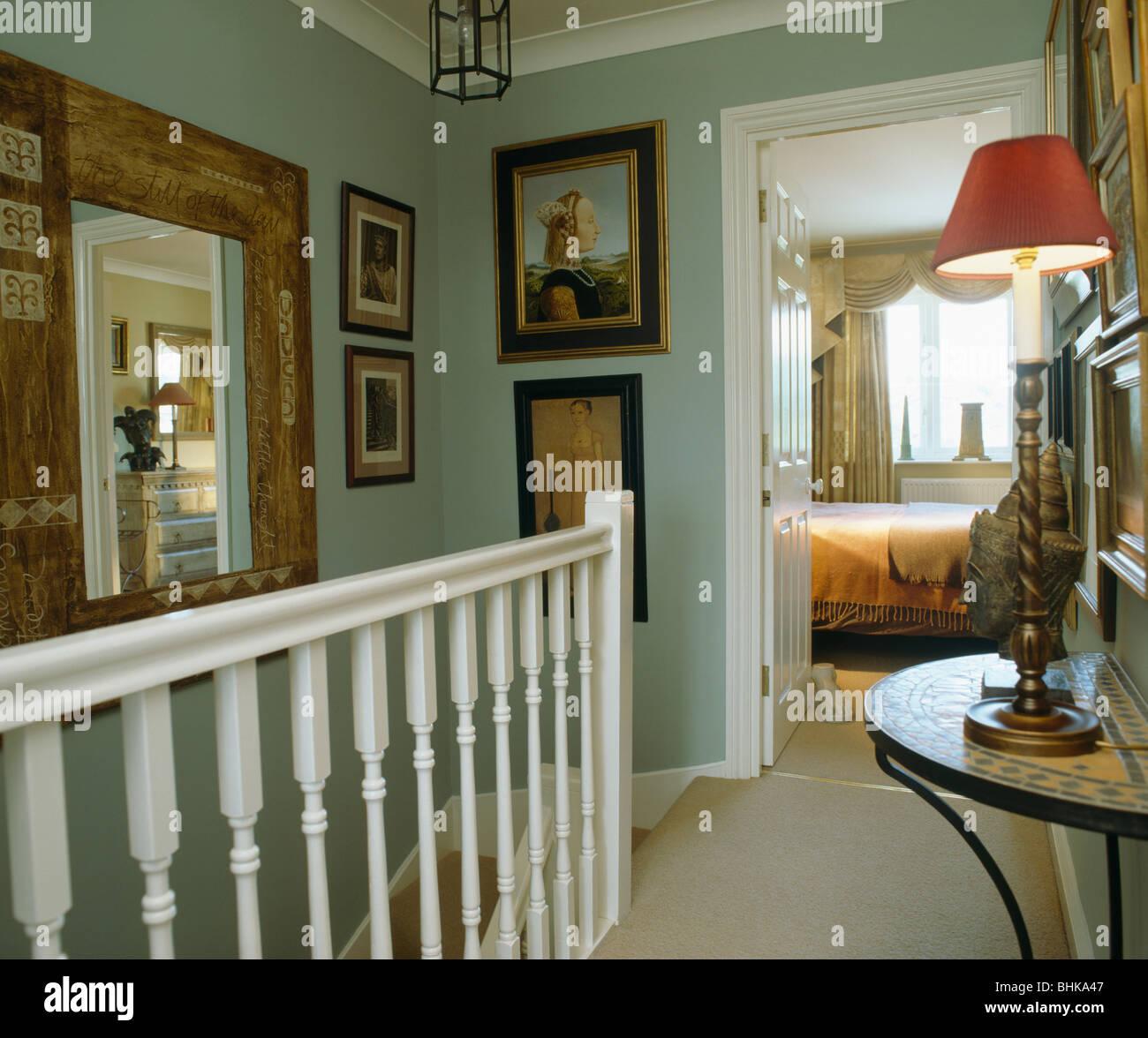 Bilder Und Große Spiegel An Wänden Blass Grün Landen Mit Beleuchteten Lampe  Auf Konsole Tisch Und Tür Offen Für Schlafzimmer