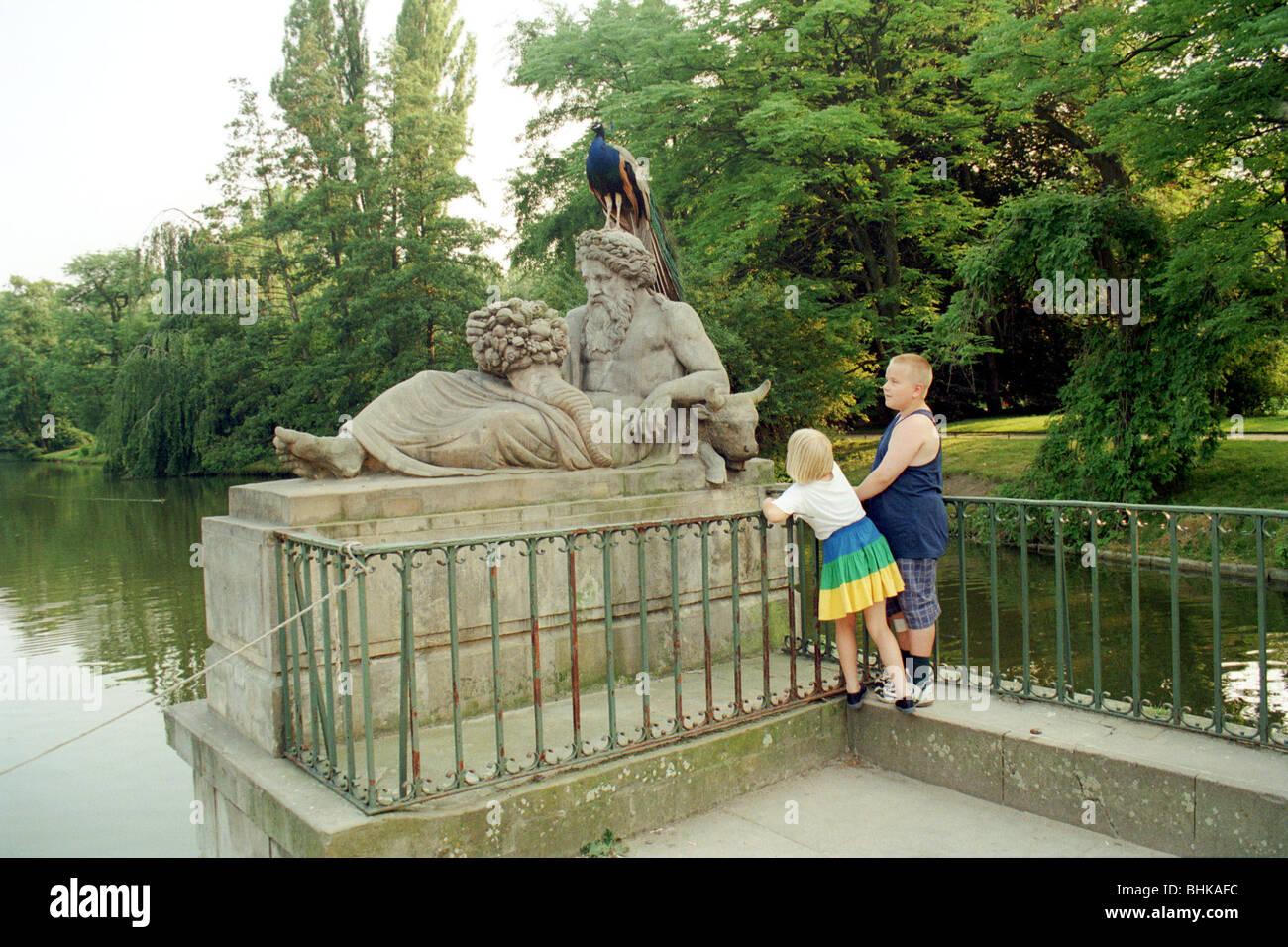 Kinder Die Gerade Eines Pfau In Der Lazienki Park Warschau Polen