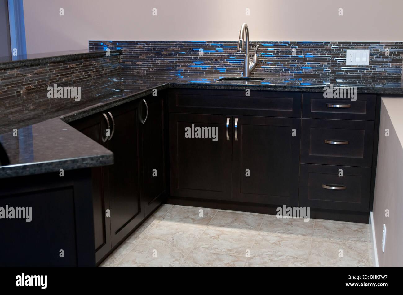 Mini Kühlschrank Für Bar : Wet bar stehen hinter mit spüle schränke geschirrspüler und mini