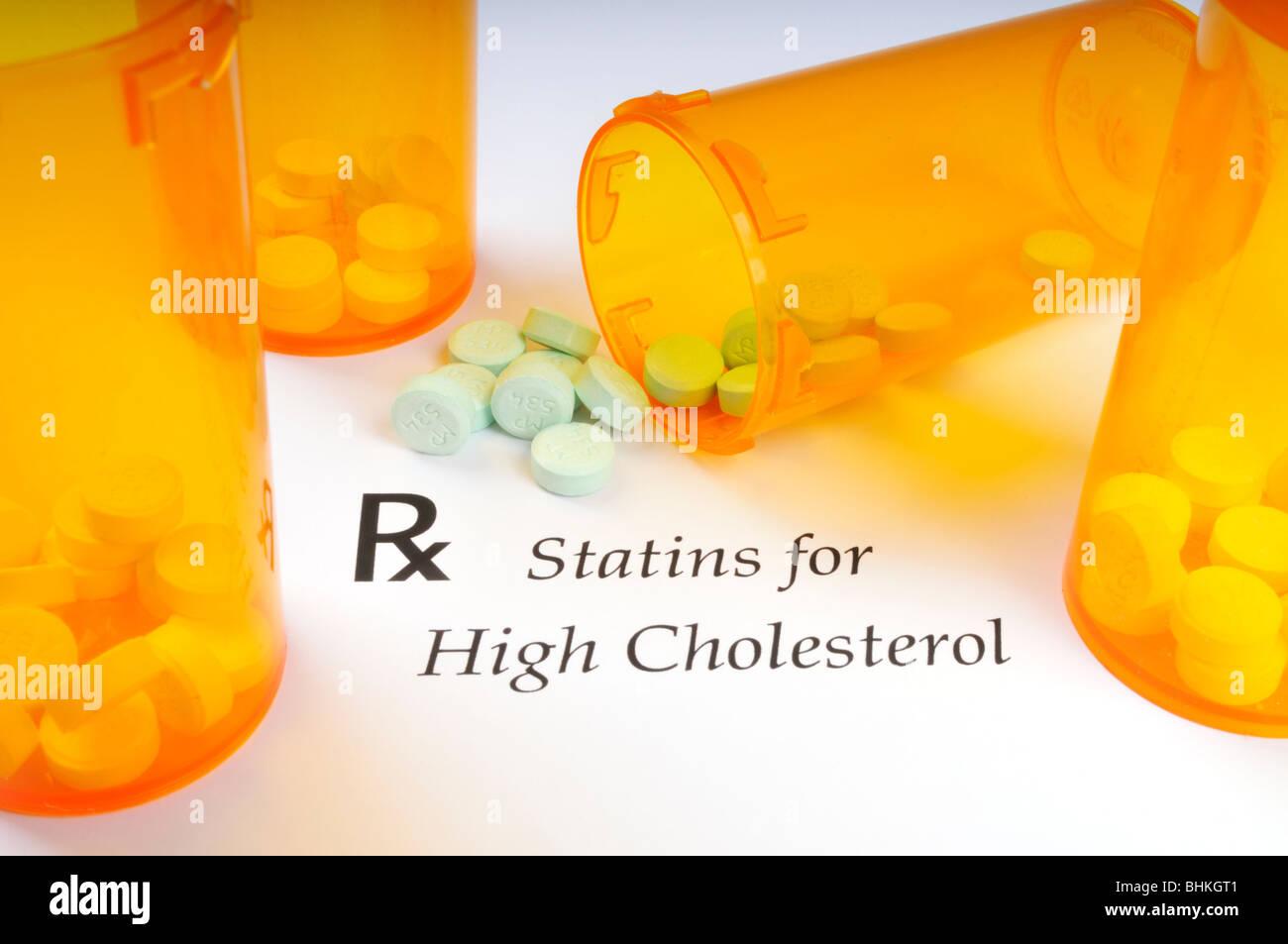 Verordnungsformular, Droge, Flaschen und statin Pillen für hohes Cholesterin auf weißem Hintergrund verwendet. Stockbild