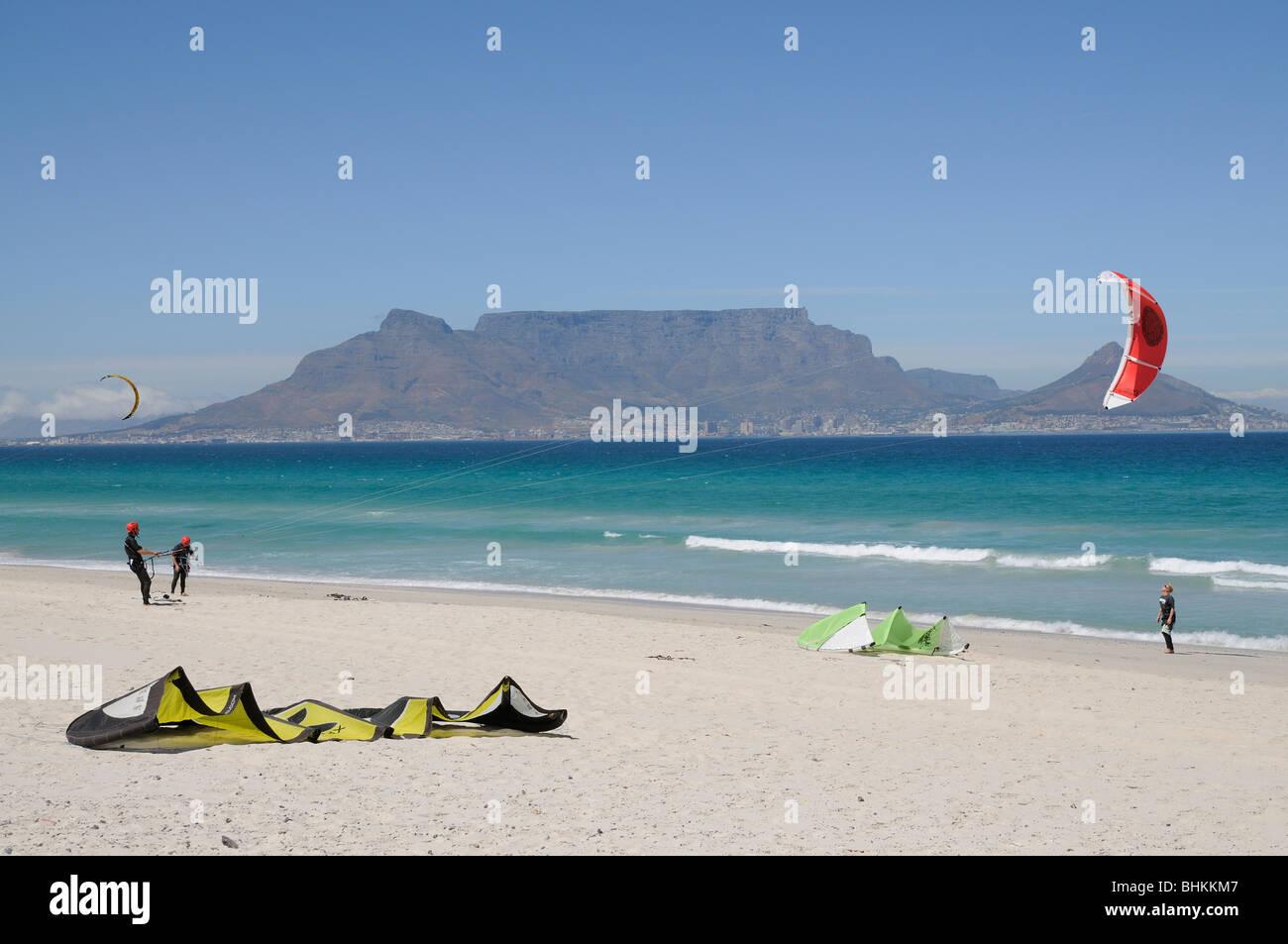 Kite Surfen Am Sunset Beach Table Bay Und Berg In Kapstadt Südafrika