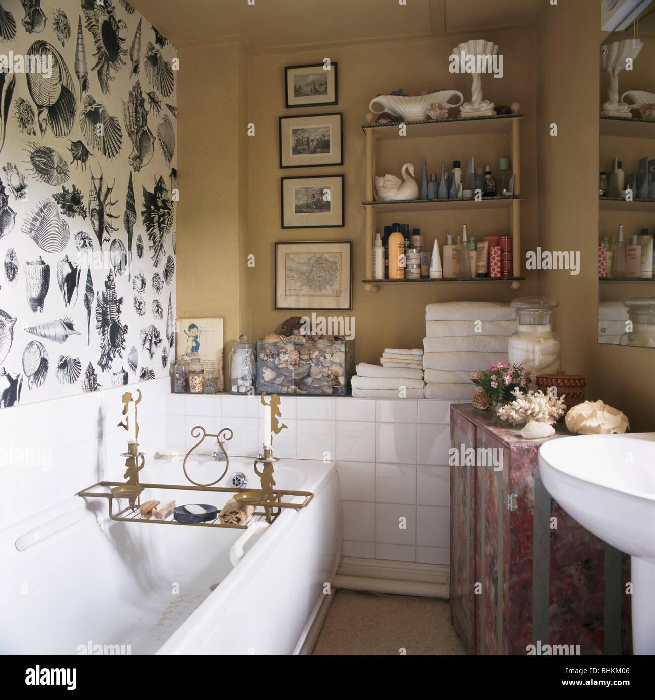 Schwarz + Weiße Muschel Tapete über Bad In Kleinen Beige Bad Mit Sammlung  Von Bildern Und Kleinen Regal An Wand
