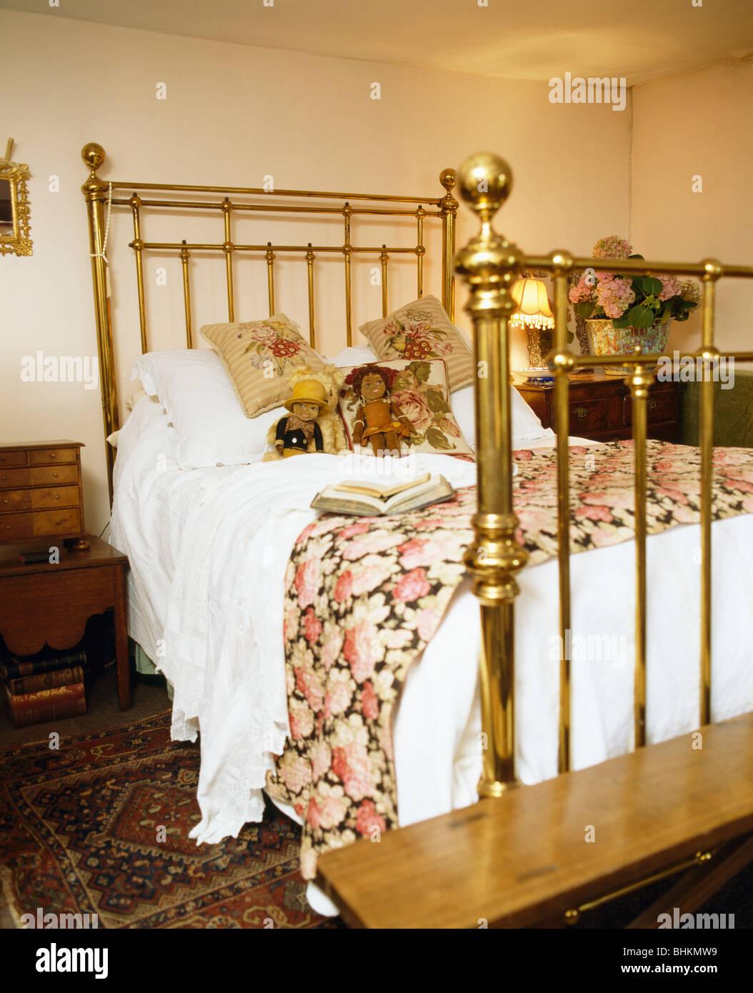 Quilt Rose gemustert und weiße Bettwäsche auf antikem Messingbett in ...