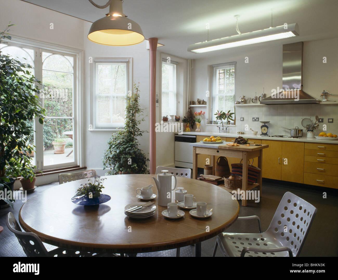 runder holztisch esszimmer, pendelleuchte über runder tisch mit kaffeekanne und tassen in, Design ideen