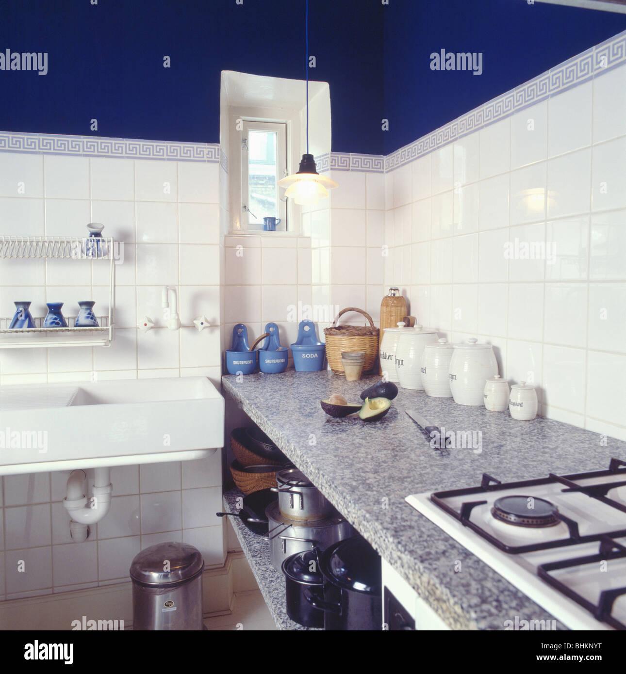 Corian Arbeitsplatte Auf Einfache Ausgestattete Einheit In Wirtschaft Stil  Weiß Geflieste Küche Mit Rechteckigen Doppelwaschbecken
