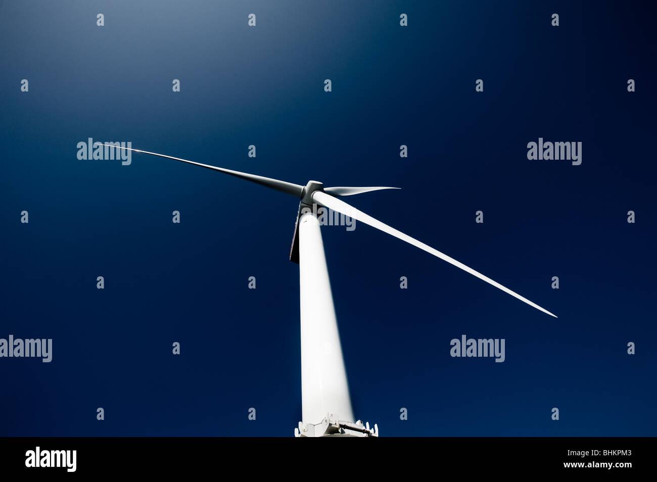 Bild der Offshore-Windturbine gegen blauen Himmel Stockbild