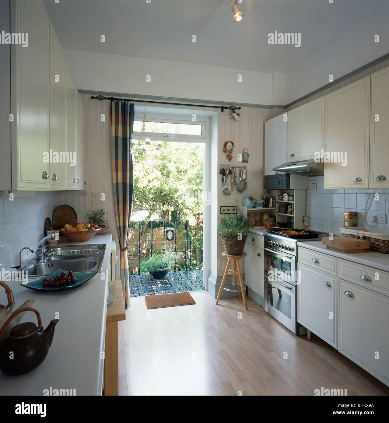 Laminat Parkett In Weißen Wirtschaft Küche Mit Tür Zum Balkon öffnen