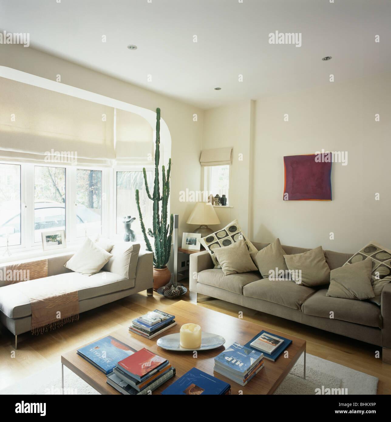 chaiselongue unter erker mit wei en rollo in modernen wohnzimmer mit beige sofa mit kissen und. Black Bedroom Furniture Sets. Home Design Ideas