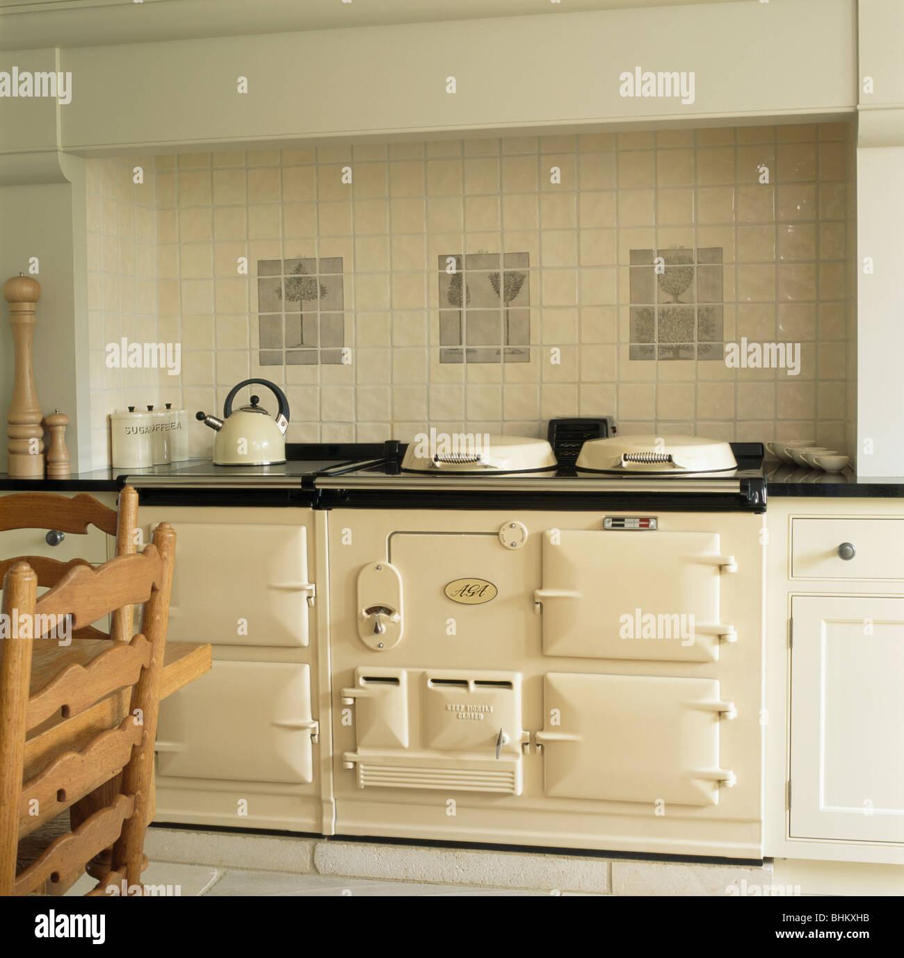 Creme Wandfliesen über Creme double Aga-Ofen im Landhaus-Küche ...