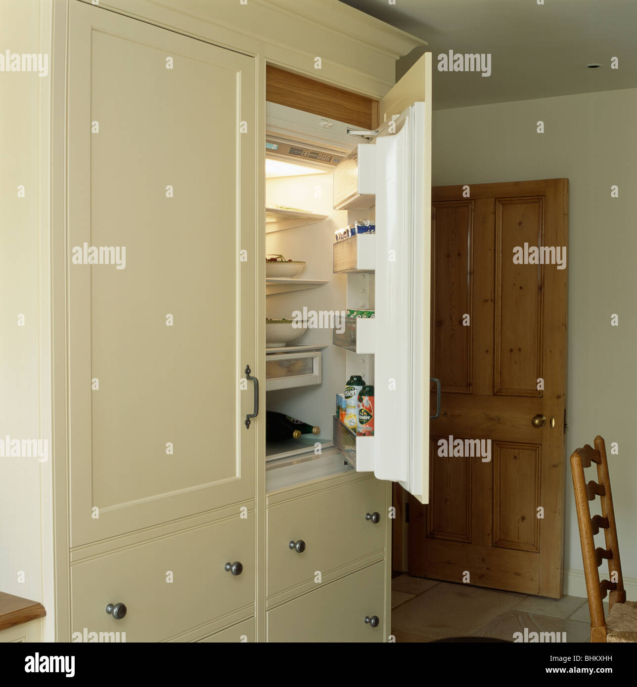 Tür öffnen-Kühlschrank in Creme Einbauküche Stauschrank Stockfoto ...