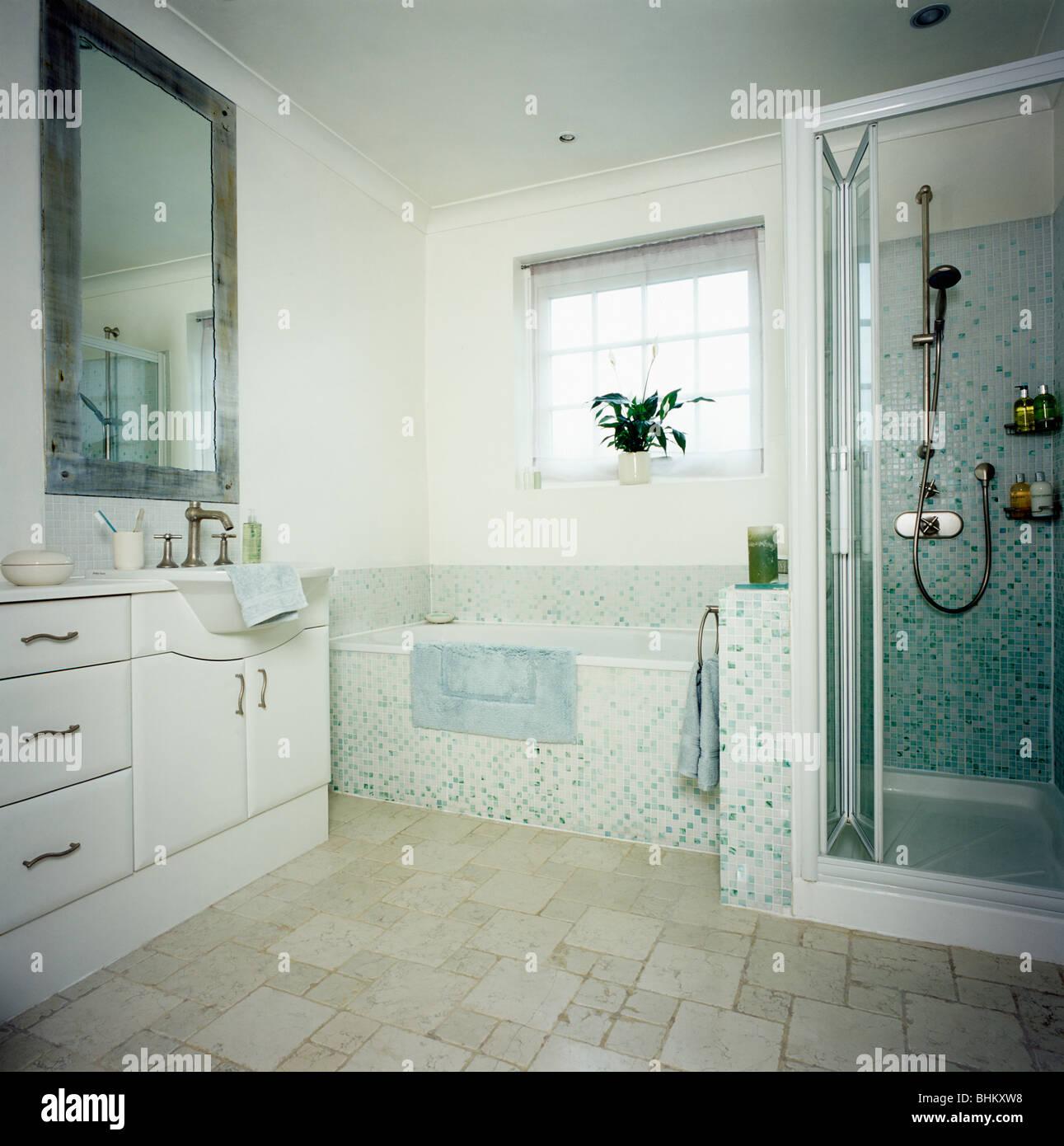 Wundervoll Bad Bodenbelag Galerie Von Mosaik Gefliesten Im Modernen Weißen Badezimmer Mit