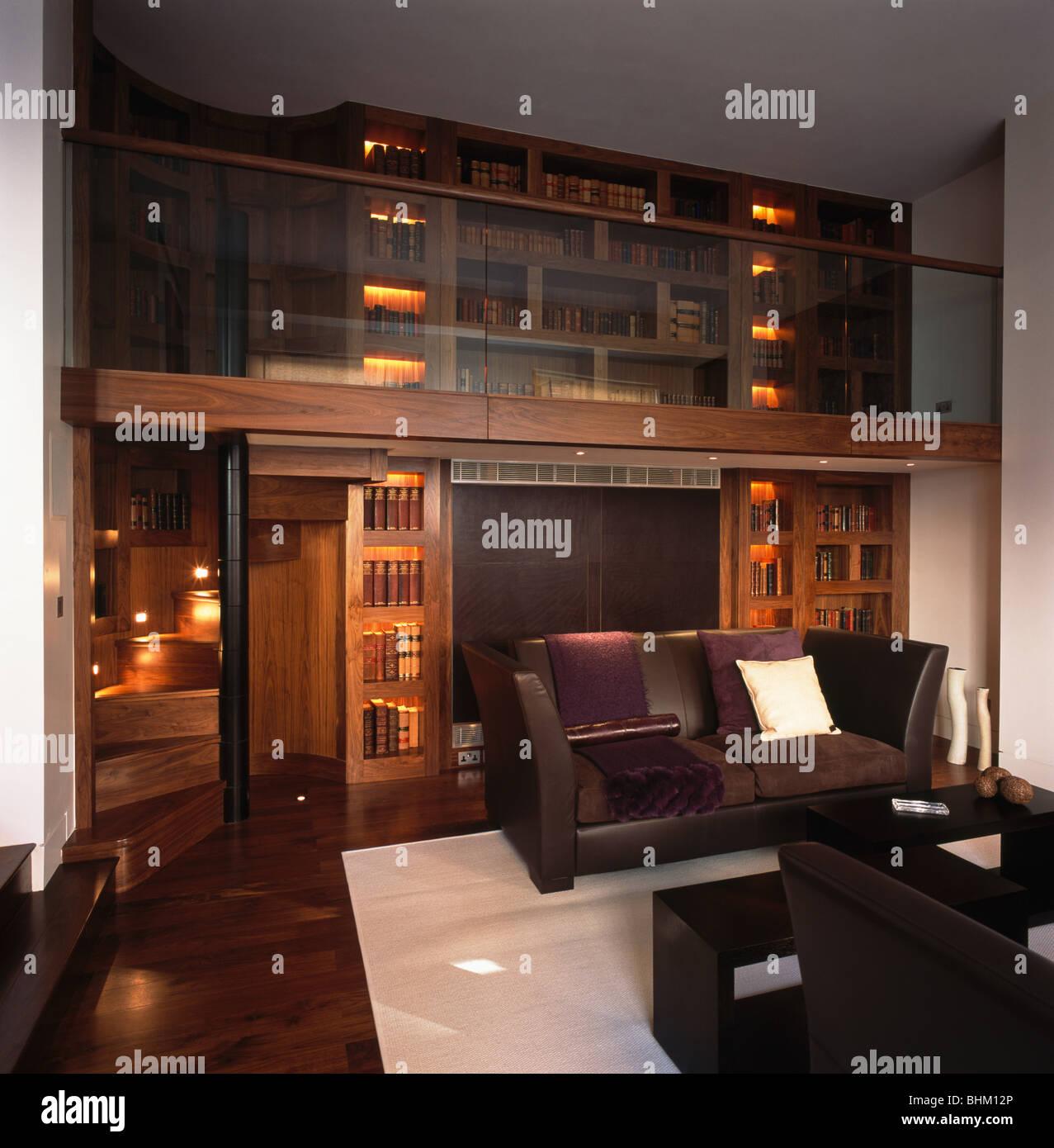 Braunen Ledersofas In Modernen Doppelter Höhe Bibliothek Wohnzimmer Mit  Wandbeleuchtung Und Weißen Teppich