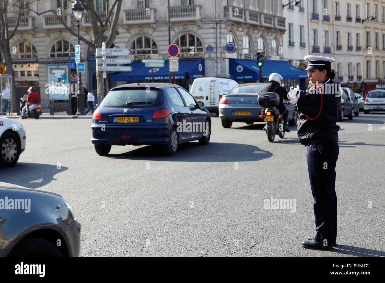 Verkehrspolizei regelt den Verkehr in Paris, Frankreich Stockbild